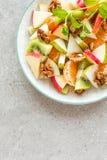 Owocowa sałatka świeży słodki jabłko, bonkreta, tangerine i orzechy włoscy, Obraz Royalty Free