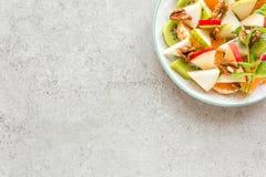 Owocowa sałatka świeży słodki jabłko, bonkreta, tangerine i orzechy włoscy, Obraz Stock