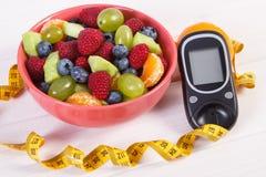 Owocowa sałatka, glucometer dla, cukrzyce i zdrowy odżywiania pojęcie, pomiarowego cukieru pozioma, centymetra i, Obrazy Stock