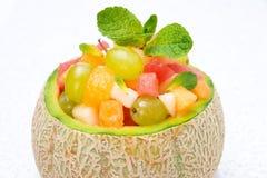 Owocowa sałatka w melonowym zakończeniu, horyzontalnym obraz stock