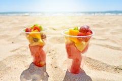 Owocowa sałatka w plastikowych filiżankach na lato plaży obraz royalty free