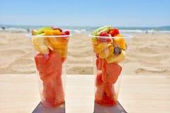 Owocowa sałatka w plastikowych filiżankach takeaway na plaży fotografia stock