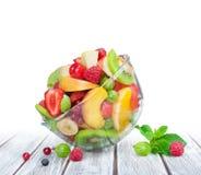 Owocowa sałatka w szklanego pucharu białym drewnianym stole Zdjęcia Stock