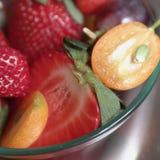 Owocowa sałatka w szklanym pucharze obrazy stock