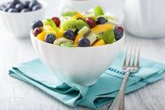 Owocowa sałatka z mangową kiwi czarną jagodą dla śniadania Obrazy Stock