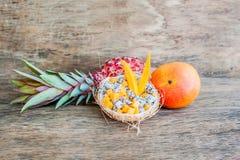 Owocowa sałatka z smoka melonowem w połówce koksu i owoc Obrazy Stock