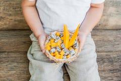 Owocowa sałatka z smoka melonowem w połówce koksu w ręce i owoc Obraz Stock