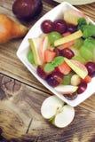 Owocowa sałatka, zdrowy posiłek w pucharze na wieśniaka stole obrazy stock