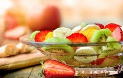Owocowa sałatka, zdrowy wyśmienicie jarski jedzenie w szklanym pucharze na wieśniaka stole obraz stock