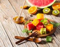 Owocowa sałatka na talerzu Obraz Royalty Free