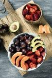 Owocowa sałatka w ceramicznym pucharze Zdjęcie Royalty Free