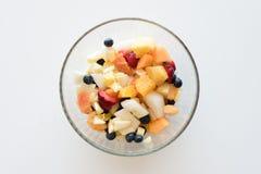 Owocowa sałatka w szklanym pucharze od above fotografia stock