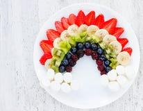 Owocowa tęcza - lato witaminy deser dla dzieciaków bawi się bielu plecy Obrazy Royalty Free