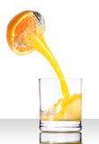 owocowego szklanego soku pomarańczowy dolewanie zdjęcie stock