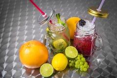 Owocowi napoje z lodem na metalu tle Fotografia Royalty Free