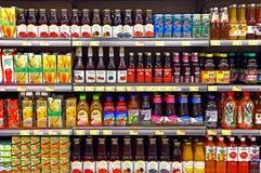 Owocowi soki w butelkach przy supermarketem Obrazy Royalty Free