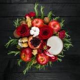Owocowy bukiet z jabłkami, różami i pomegranat, Fotografia Royalty Free