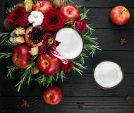 Owocowy bukiet z jabłkami, różami i pomegranat, Obraz Stock