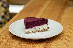 Owocowy cheesecake na bielu talerzu w restauracji zdjęcia royalty free