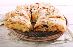 Owocowy chleb z lodowaceniem, pokrajać zdjęcia royalty free