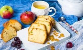 Owocowy chleb z rodzynek, winogrona i jabłka plasterkami, Fotografia Royalty Free