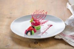 Owocowy deser z czerwonym karmelu cyzelowaniem Obraz Royalty Free