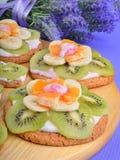 Owocowy deser z egzotycznymi owoc i lawendą kwitnie Obrazy Stock