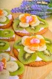 Owocowy deser z egzotycznymi owoc i lawendą kwitnie Zdjęcie Stock