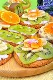 Owocowy deser z egzotycznymi owoc i lawendą kwitnie Fotografia Royalty Free