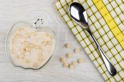 Owocowy jogurt z owsa otręby w pucharze, łyżka na pielusze zdjęcie royalty free