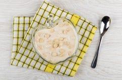 Owocowy jogurt z owsa otręby w pucharze na pielusze, łyżka zdjęcie royalty free