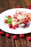Owocowy kulebiak na bielu talerzu z jagodami Zdjęcia Stock
