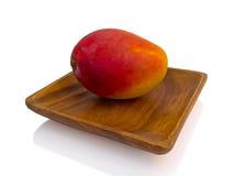Owocowy mango na drewnianym talerzu Fotografia Royalty Free