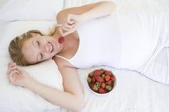 owocowy miski do kłamliwy kobiety w ciąży Zdjęcie Royalty Free