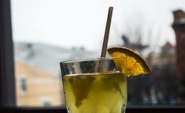 Owocowy napój na nadokiennym bacground Obrazy Stock