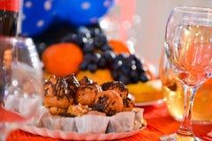 Owocowy półmisek i ciastko półmisek Zdjęcia Stock