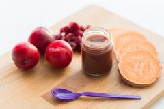 Owocowy puree, dziecka jedzenie w lub Obraz Stock
