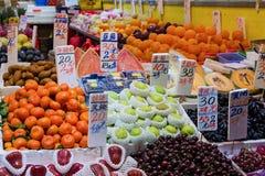 Owocowy rynek - pudełka z owoc na ulicie z metkami, obraz royalty free