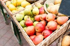 Owocowy rynek z różnorodnymi kolorowymi świeżymi owoc i warzywo - Targowe serie Fotografia Royalty Free