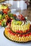 Owocowy skład z jabłkami, ananasy, winogrona, pomarańcze _ Obrazy Stock