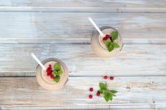 Owocowy smoothie z nowymi liśćmi na drewnianym wieśniaka stole Fotografia Royalty Free