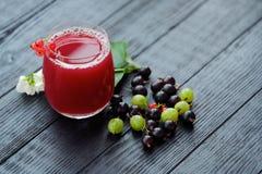 Owocowy sok i jagody na drewnianym tle Fotografia Royalty Free