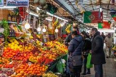 Owocowy sprzedawca i nabywcy we wnętrzu dziejowego Bolhao Wprowadzać na rynek zdjęcie stock