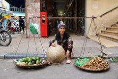 Owocowy sprzedawca w Hanoi Obrazy Royalty Free
