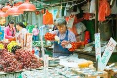 Owocowy sprzedawca w ulicznym rynku, Hong Kong Obrazy Stock