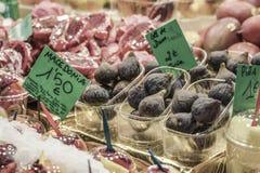 Owocowy stojak przy sklepem spożywczym Zdjęcia Stock