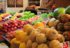 Owocowy stojak przy szczupaka miejsca Jawnym rynkiem Fotografia Stock