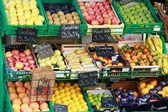 Owocowy stojak przy Ulicznym rynkiem w Francja Fotografia Royalty Free