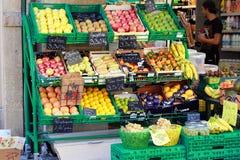 Owocowy stojak przy Ulicznym rynkiem w Francja Zdjęcia Stock