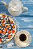 Owocowy tarta i kawa w ogródzie Fotografia Stock